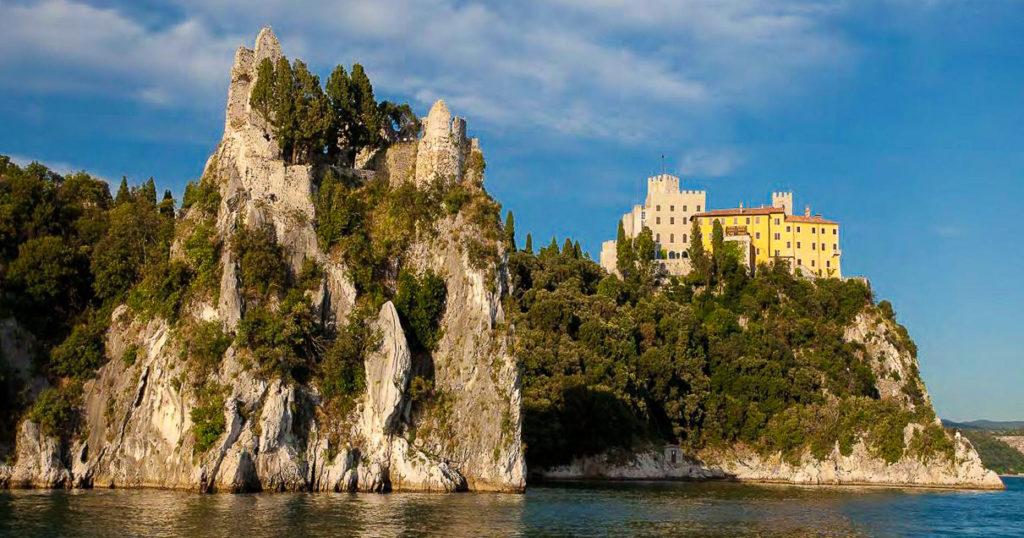 Castello di Duino e vista della Dama bianca dal mare